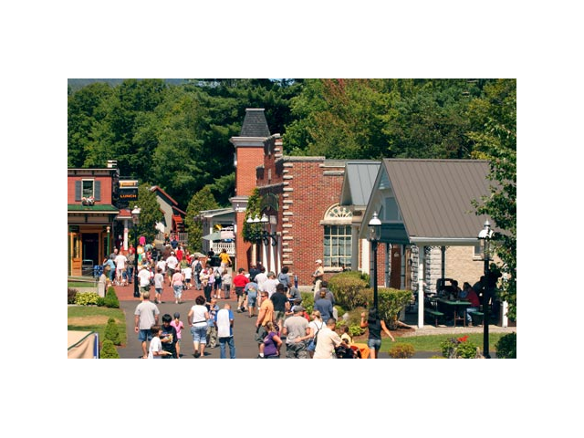 Stroll along the Victorian Main Street and explore all the rides & unique museums at Clark's.